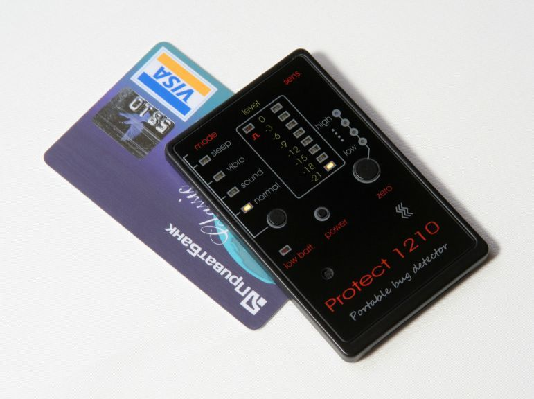 Wideband transmitter detector - Credit card